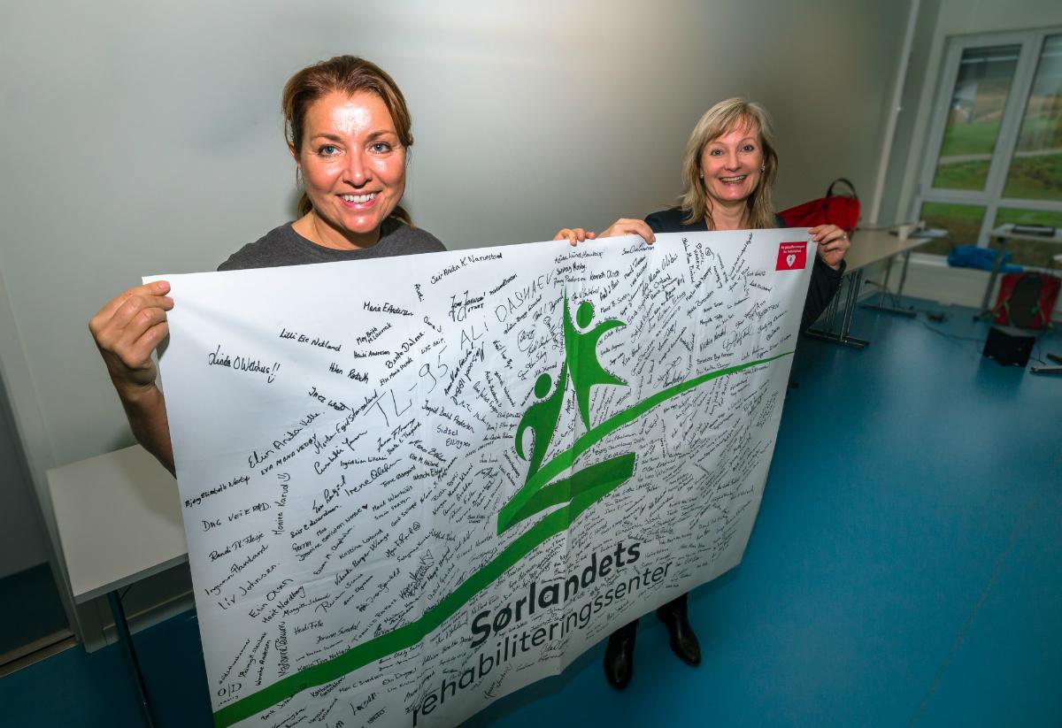 Reidun Meberg og Astrid Furholt med pasientflagget