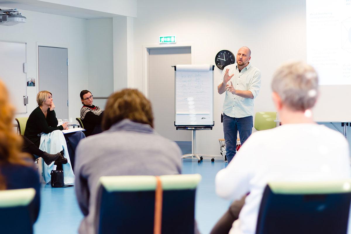 Trym Nordstrand Jacobsen underviser gruppe i ACT