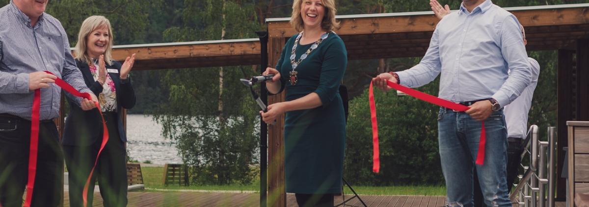ordfører margrethe handeland klipper snoren med hagesaks