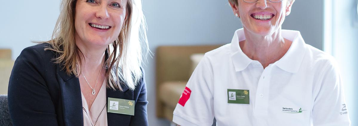 Reidun Meberg og Gunn Tveiten smiler mot kamera