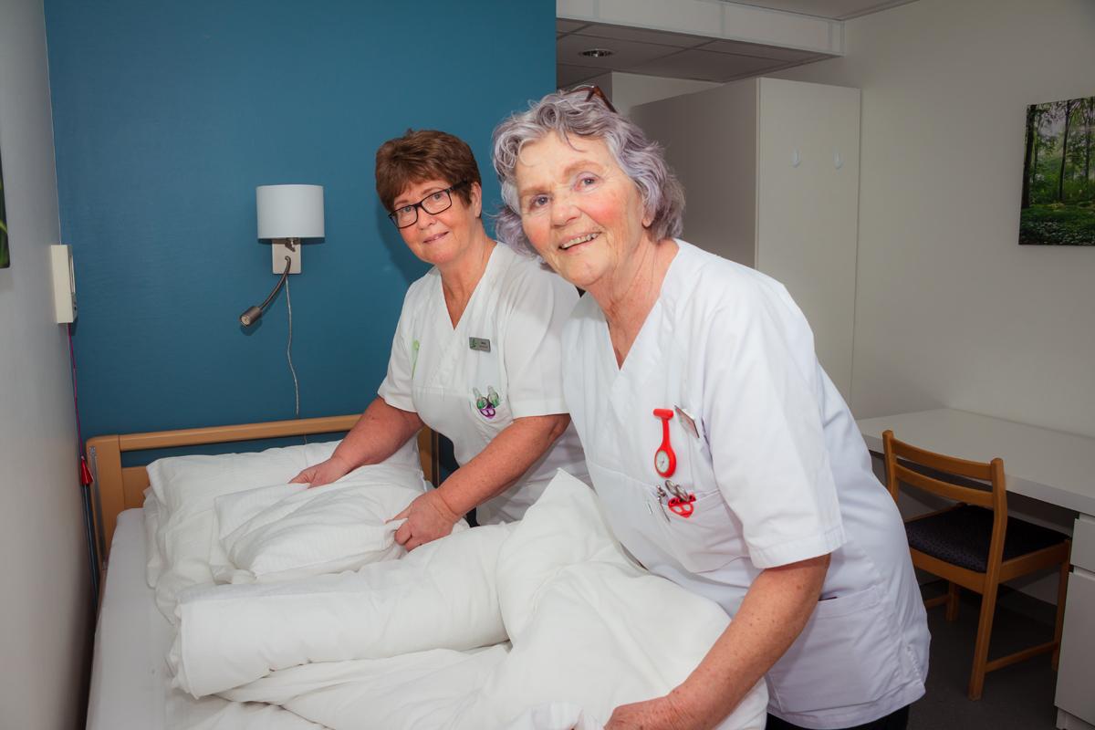 Gerd og Anny rer opp seng