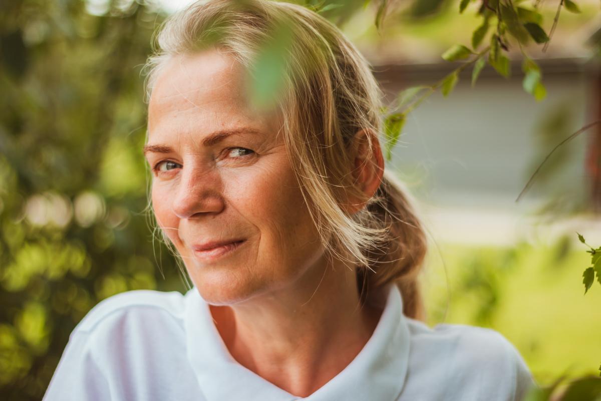 Portrett av Anne Grete Lyken i skogen