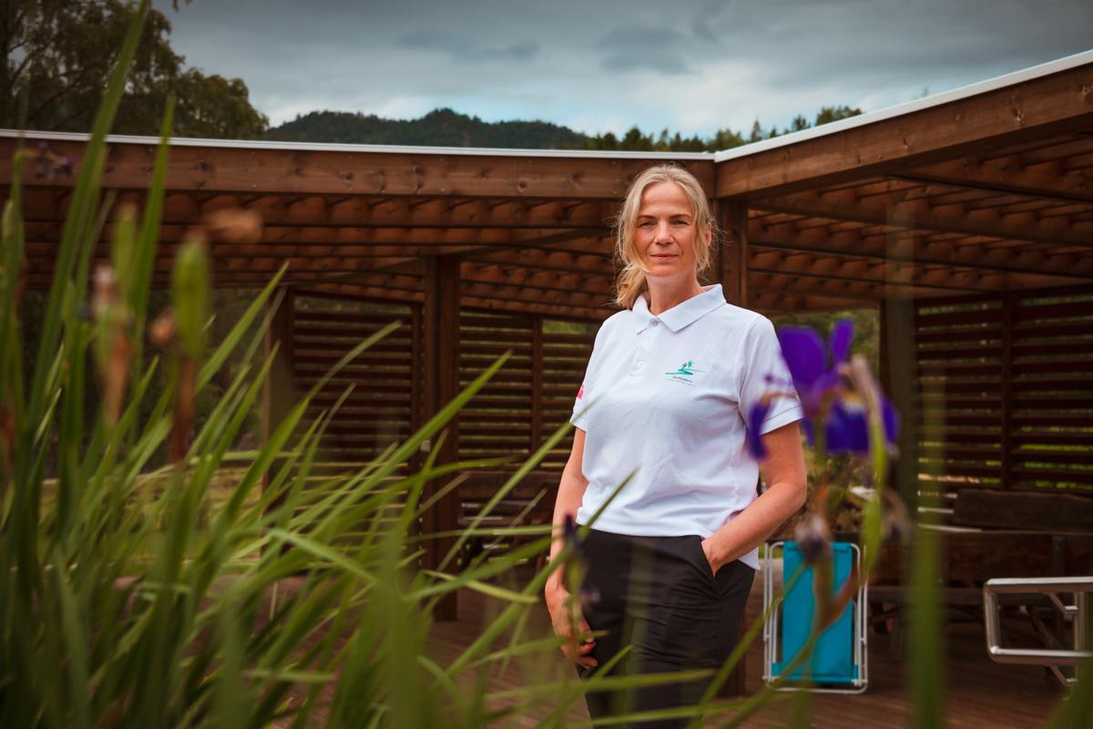 Anne Dorte Lyken står i uterehabiliteringshagen