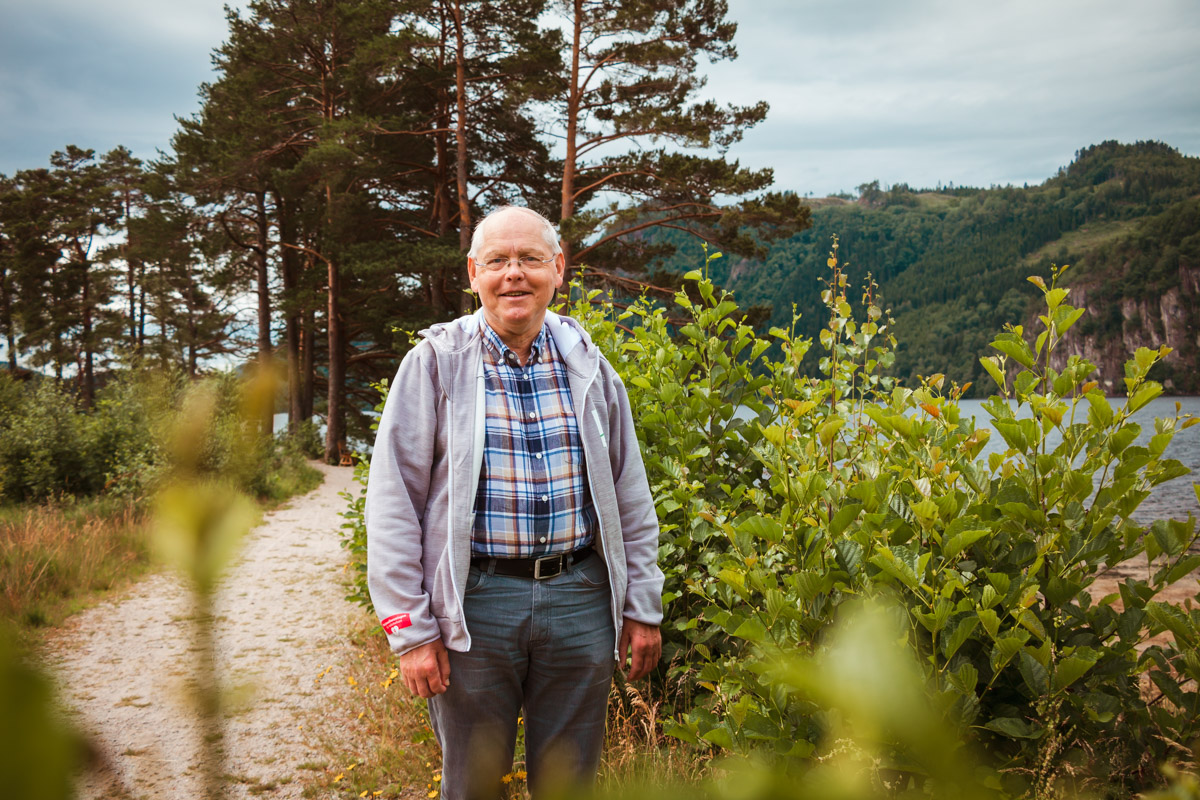 Egil Skogestad står i naturomgivelser og ser smilende i kamera
